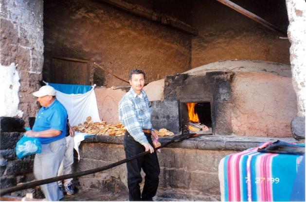 Mi padre horneando panes en Pizac