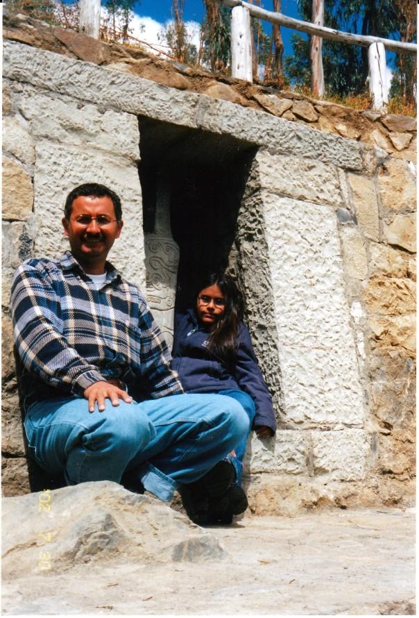 Mi padre junto a Roc�o y un monolito
