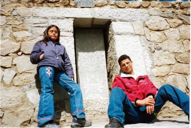Roc�o y renato junto a la estela de Raimondi